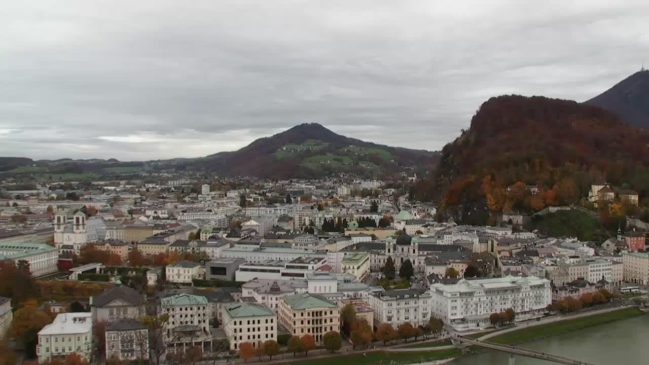 Zeitgenössische Kunst in einem atemberaubenden Panorama auf Salzburg